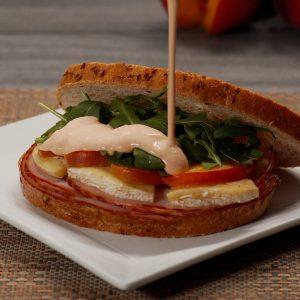 Sandwich de pavo, brie y durazno