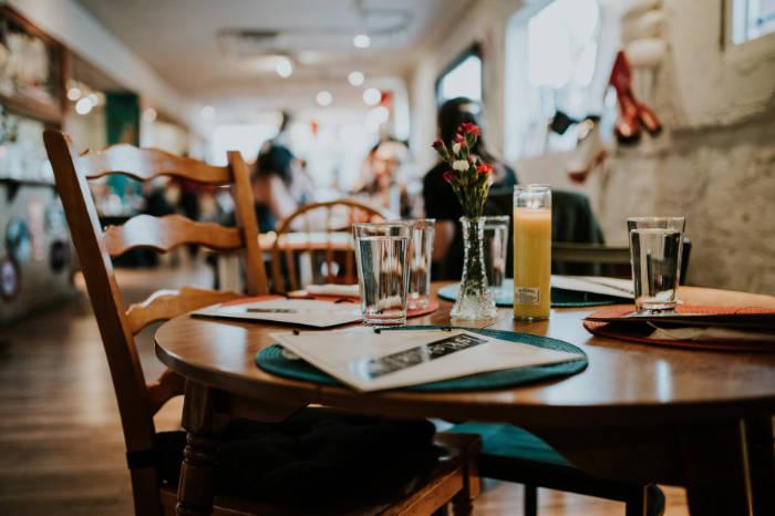 Mesa acomodada de un restaurante